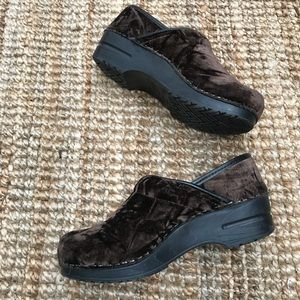 Dansko Shoes Women's Clogs 37 Brown Velvet EUC Sz7
